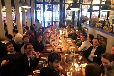 Les consultants OAIO se réunissent pour fêter un événement dans un beau restaurant