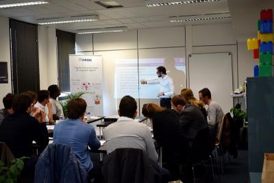 Un consultant OAIO anime une formation Agile dans les locaux d'Infotel