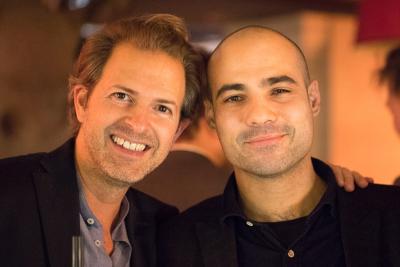 Deux consultants OAIO font une accolade pendant une soirée d'entreprise